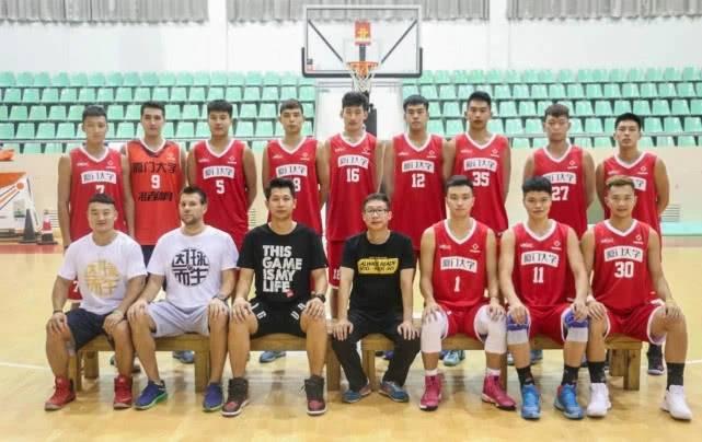 """厦大球员举报教练""""七宗罪"""" 澎湃新闻:大学篮球管理该规范了"""