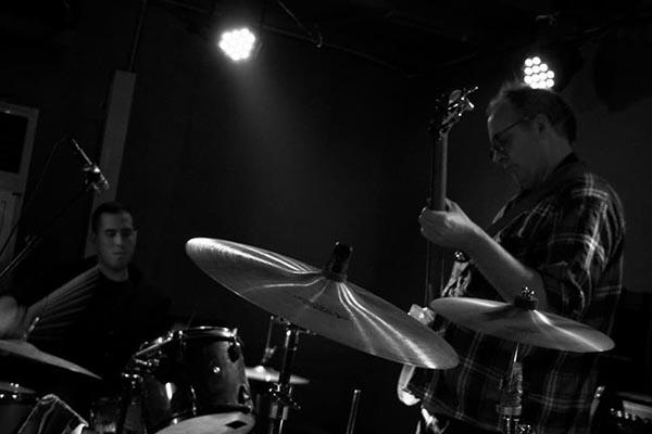 2012年11月,Josh与Sabot在北京XP俱乐部演出。图片由Josh Feola提供