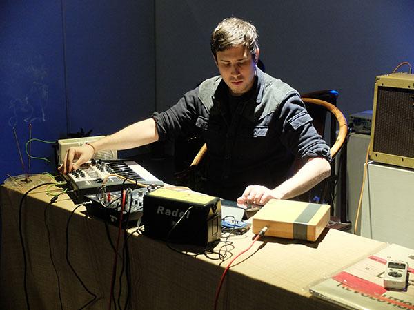 2014年3月,Josh Feola (Charm) 在杭州西冷艺廊的个人演出,Adel Wang BUS 实验音乐系列。Markus M Schneider 图