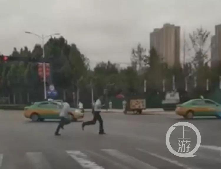 <b>男子在西安闯红灯导致事故并当街追打辅警被刑拘</b>