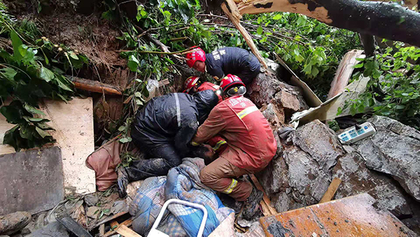 "<b>台风""利奇马""致浙江洞头一民房倒塌一人被困,已安全获救</b>"