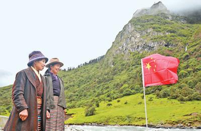 卓嘎、央宗姐妹无论到哪里放牧,都要在那里插上国旗。胡学民摄