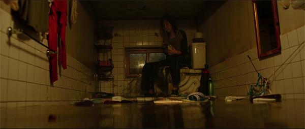 """《寄生虫》的空间隐喻:别墅(地下室)与""""不存在""""的穷人"""