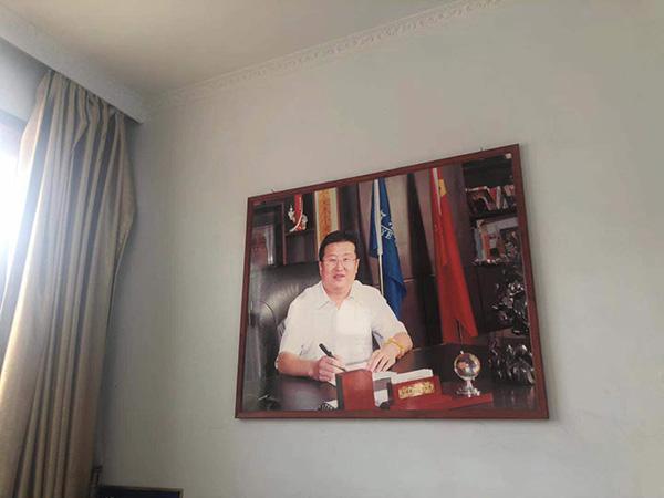 王见刚的公司里仍挂着他本人的照片。