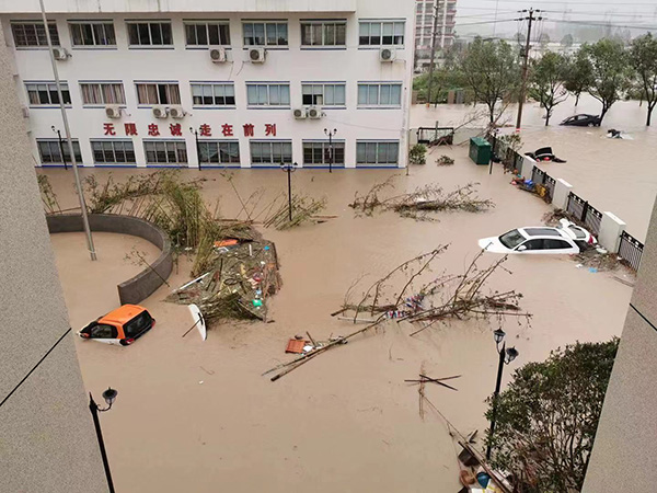 "<b>""一根绳子上的派出所"":台风积涝中六人一组绑在一起救群众</b>"