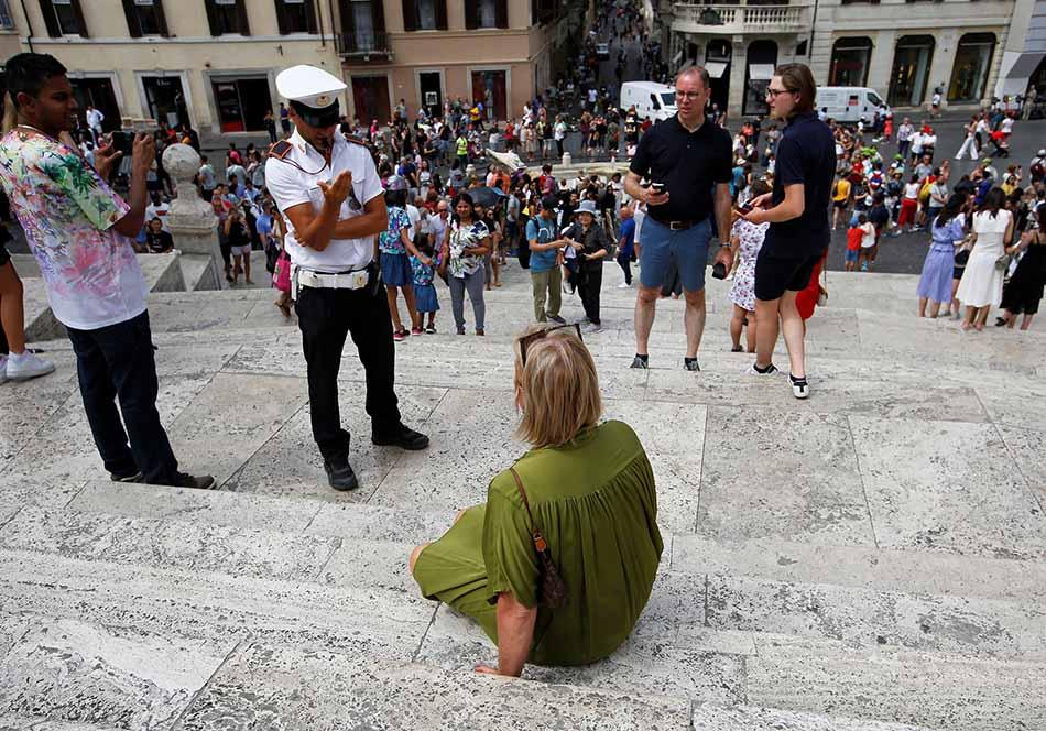 """罗马地标西班牙台阶""""禁坐令""""引争议:城市管理的舍本逐末"""