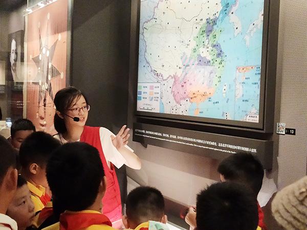 2019年8月13日,沙润和在一大会址纪念馆提供讲解服务。 本文图均为澎湃新闻记者 李菁 实习生 朱珍珍 图