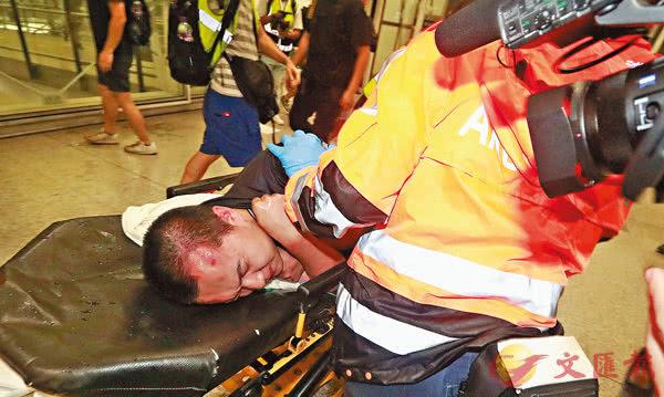 央视曝光内地记者被打一幕:黑衣暴徒持美国国旗追打同胞