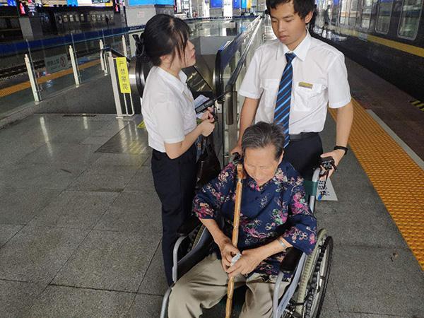 85岁老人乘车两千公里看93岁哥哥,暖心车长一路细心照顾
