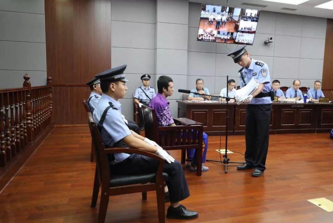 青岛民警被刺牺牲案庭审细节:重伤倒地后被切割颈部数刀