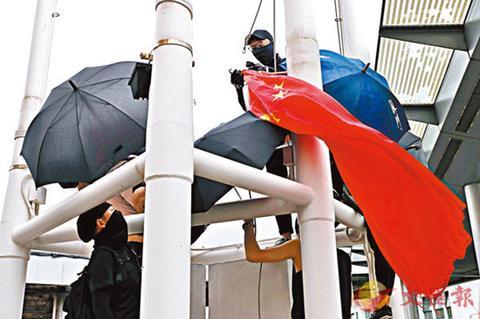 扯国旗扔入海的香港暴徒被捕:4男1女,身份曝光