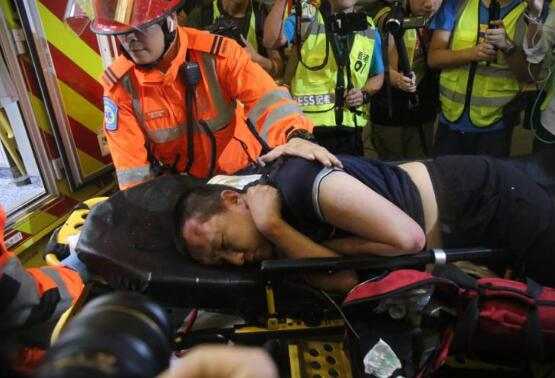 付国豪香港机场遭殴打,警方逮捕19岁涉案男子
