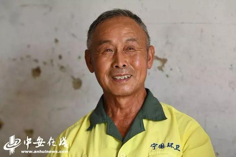 安徽72岁环卫工月薪两千,匿名捐一万元给因台风受灾村民