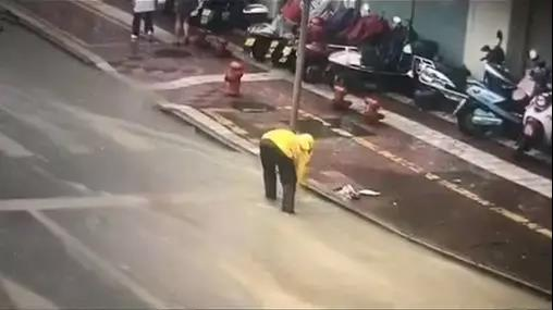 台风天送单,浙江一外卖小哥途中清理十余下水口排路面积水