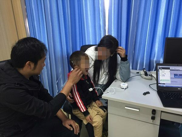 三岁男孩患先天性重度听力障碍,上海医疗援藏团队助其复聪