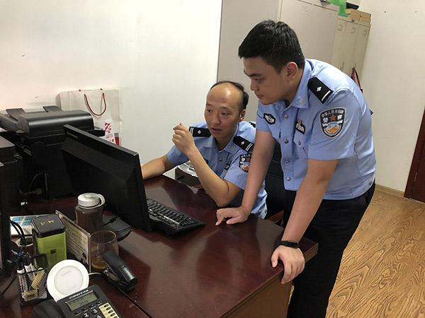 唐凯(左)在办公室调阅监控视频,与同事研判案情。 本文图片澎湃新闻记者 卫佳铭