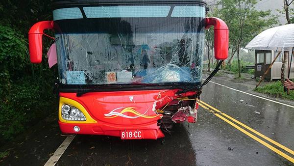 载大陆旅游团客车在台湾撞车,11人受伤
