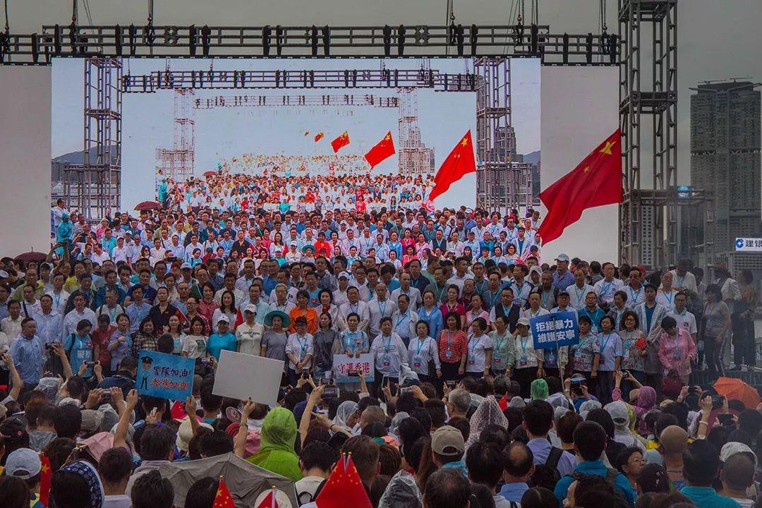 """上周六,香港市民在添马公园举行""""反暴力,救香港""""集会,参加人数达47.6万人次。"""