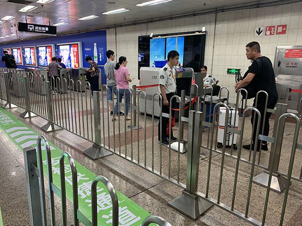 <b>上海三个地铁站试点安检快捷通道:扫码申请,获邀后无需安检</b>