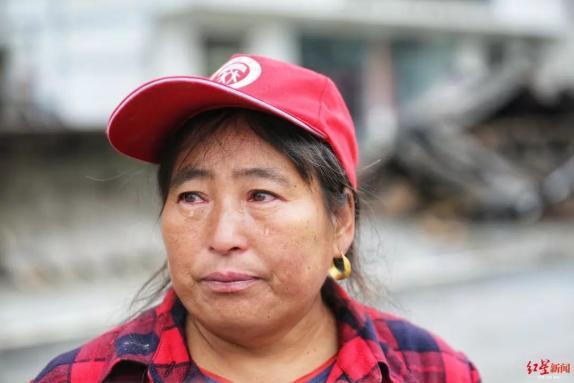 洪水蔓延!她半夜叫醒村民,自家四间房被冲毁只剩一面墙