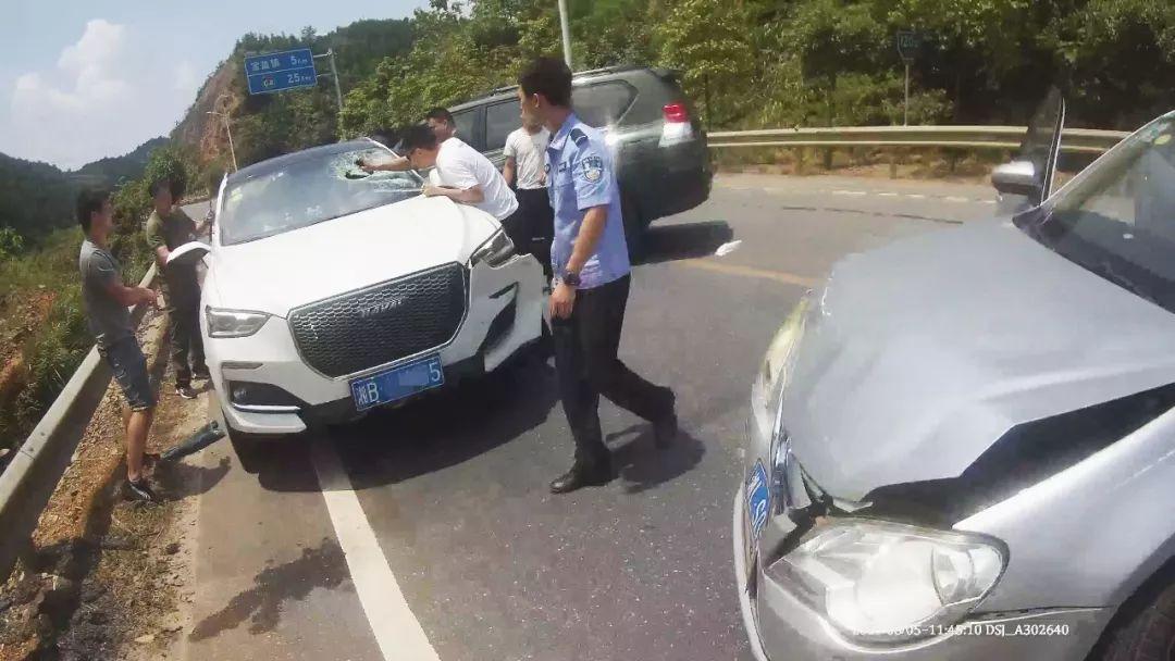 """湖南郴州警方缉毒抓捕现场,仿似""""生死时速"""""""