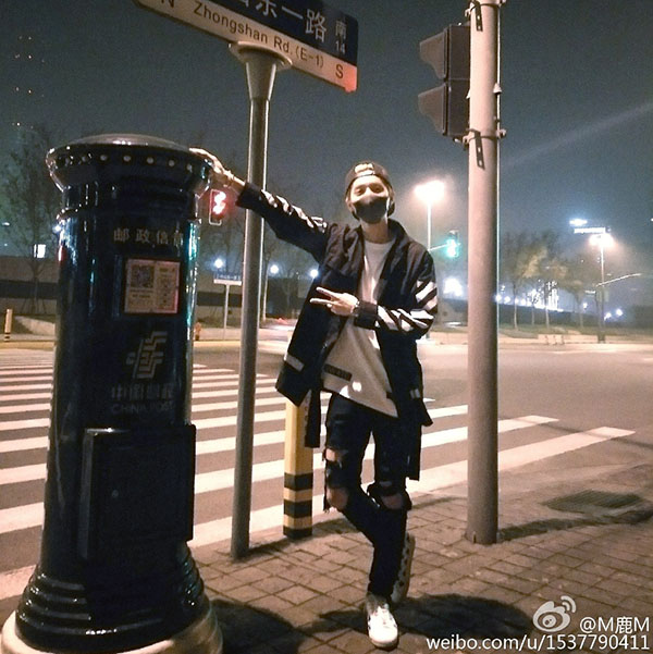鹿晗与邮筒合照,后成为粉丝们打卡地点。
