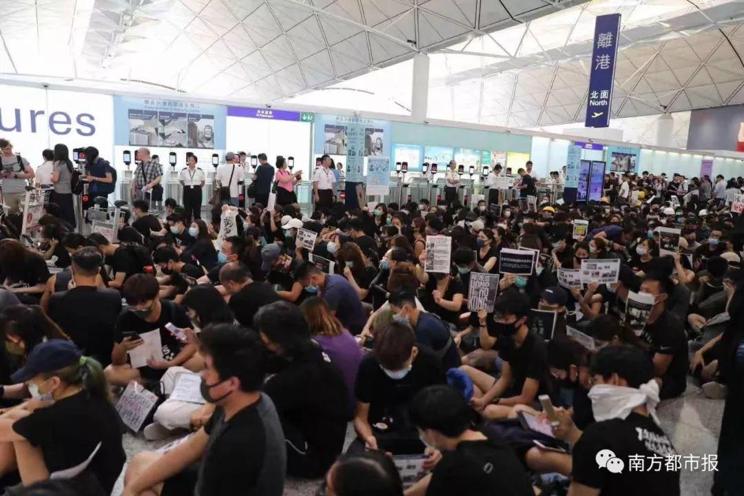 因非法集会,香港机场取消今日余下所有航班!