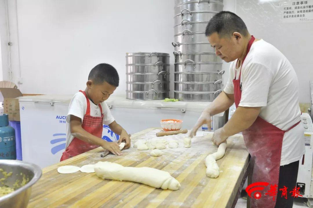 7岁男孩帮爸爸卖包子每天擀600个包子皮,还会搏击和钢琴