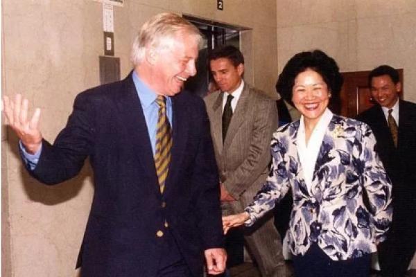 1994年,彭定康与时任布政司司长陈方安生相谈甚欢