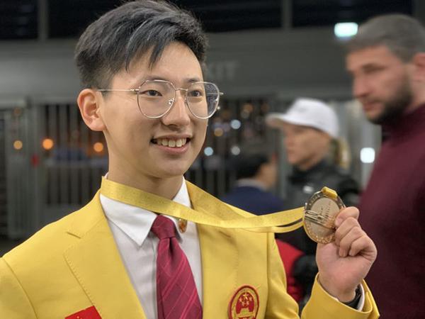 花艺项目选手陆亦炜展示金牌。