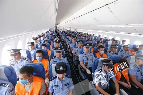 重庆警方包机押解150名网络诈骗嫌疑人回国