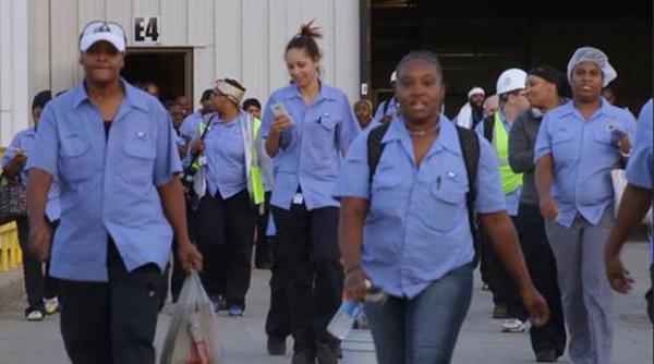 片尾平行剪辑的中美两国工人下班的场景,同样意味深长。