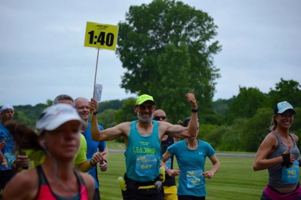 """纽约跑者都在悼念马拉松""""兔子"""",生命最后一天他还在奔跑"""