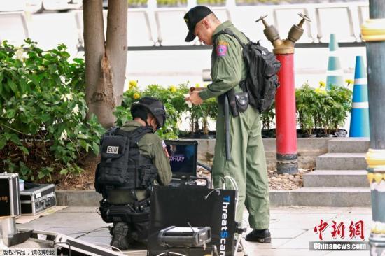 当地时间8月2日,泰国曼谷至少3个地区发生多起小型爆炸。图为警方在现场。 中新网 图