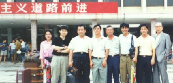 80-90年代时,梁焕皓与日本客商古井先生(左叁)、正西本昭壹郎(右壹)等合照