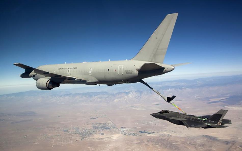 KC-46为F-35战机进行空中加油。