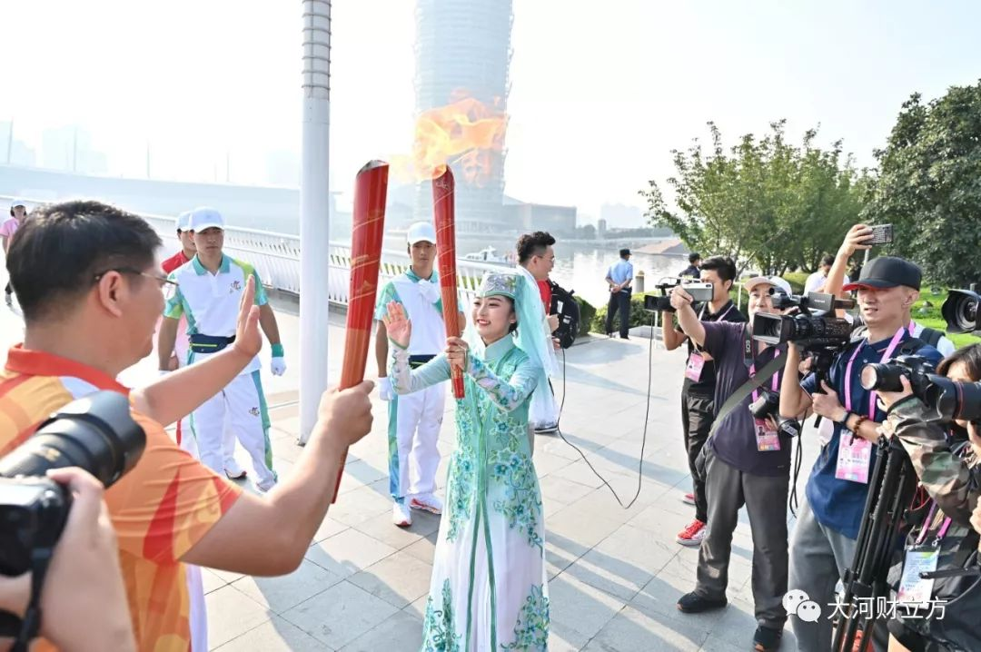 """燃!跟着火炬""""打卡""""郑州网红地标(现场图+视"""