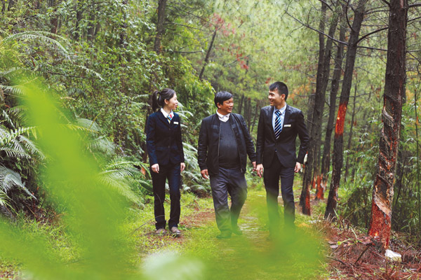 邮储银行信贷客户经理在生态林走访调研。