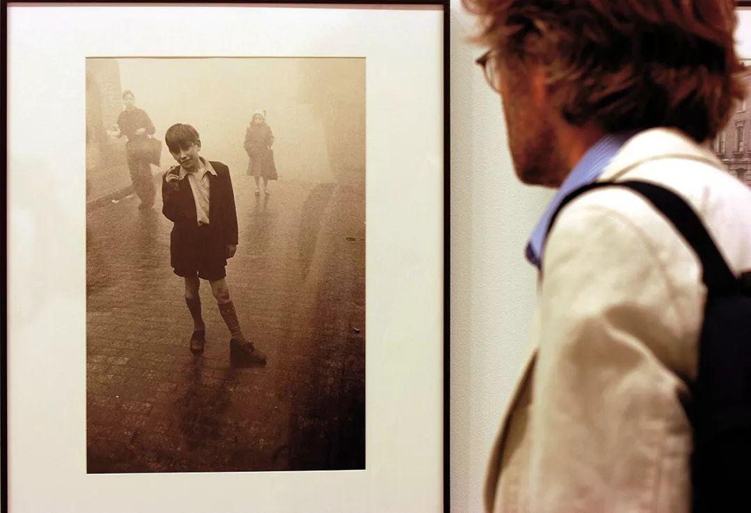 一名观众在博物馆里一幅弗兰克的作品前驻足。