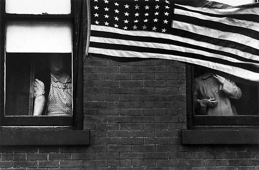 《游行》(1955年拍摄于新泽西州)