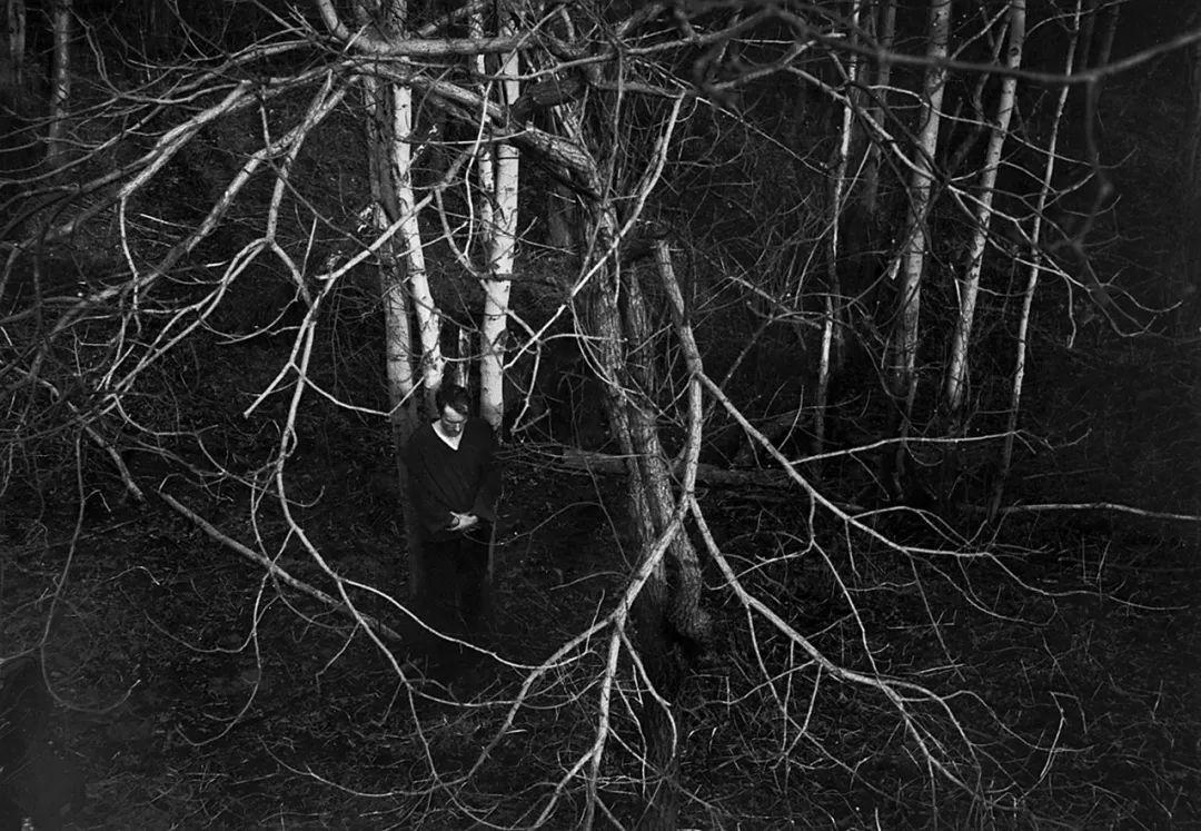 在系列短片《基督之罪》的拍摄现场,弗兰克让一名男演员站在树林里,从高处俯拍取景。