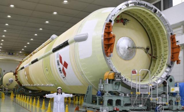 """日本三菱重产业公司6月26日正在酚藓工场(位于爱知县酚藓村)背媒体公然凉给国际空间站收来""""鹳""""号货运飞船的H2B水箭8号机。"""