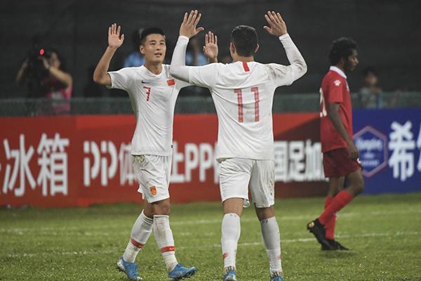 武磊和艾克森庆祝进球。