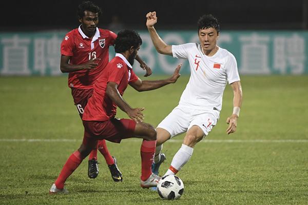中国队球员李磊(右)与马尔代夫队球员奈姆(左)在比赛中拼抢。