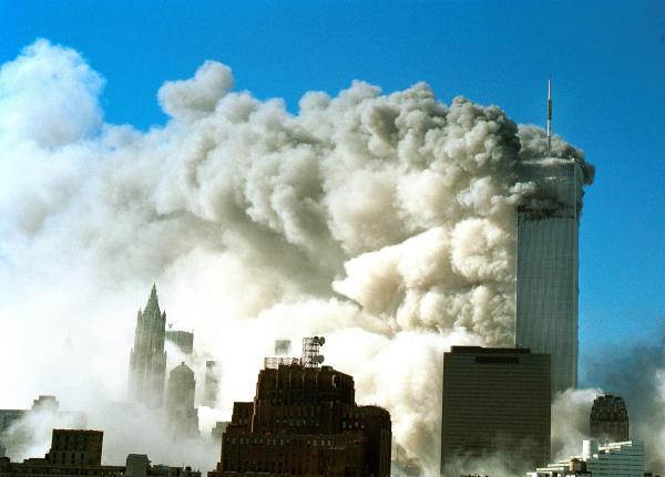 2001年9月11日,好国纽约,911恐惧打击事中天下商业中间单子塔被飞机碰击后,浓烟倾注而出。图片滥觞:视觉止您
