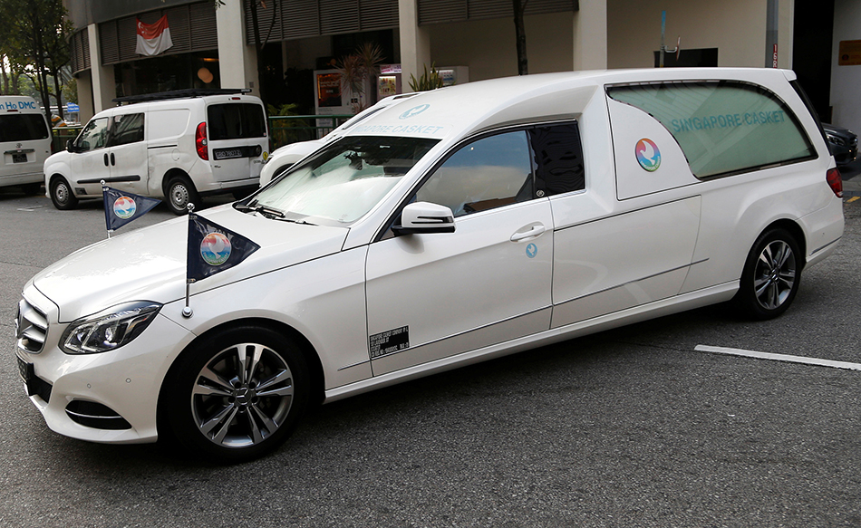 当地时间2019年9月11日,新加坡,载着津巴布韦前总统穆加贝遗体的灵车从殡仪馆出发前往机场。据悉,穆加贝遗体将由飞机运送回津巴布韦进行安葬。 视觉中国 图