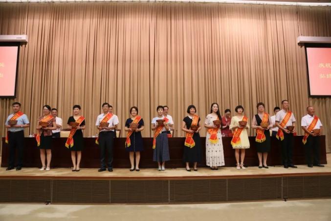 节日快乐!宁波900多位老师或集体被表彰!有你