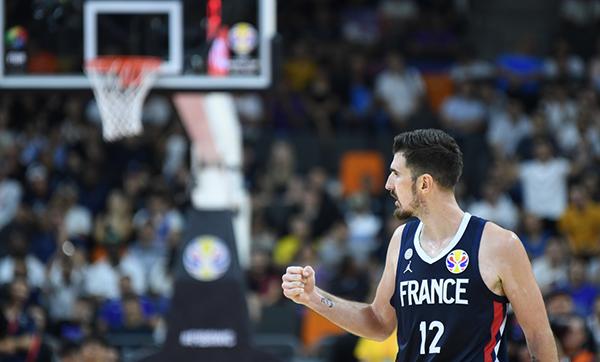 法国队球员德科洛在比赛中庆祝得分。