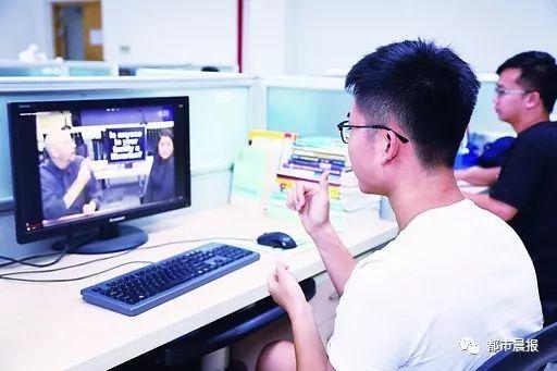 励志!徐州25岁聋人小伙成为手语播音主持专业研
