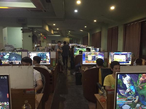 曾在苹果手机代工厂的网吧青年:这里是一片天地,人来人去
